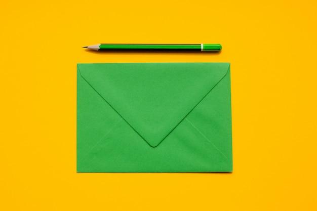 Sobre verde y lápiz verde simple.
