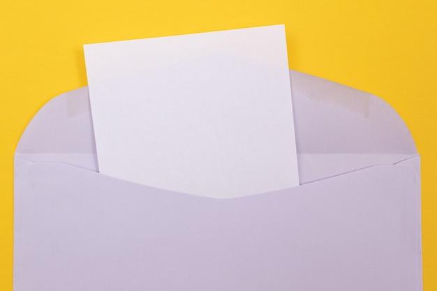 Sobre violeta con hoja de papel en blanco dentro