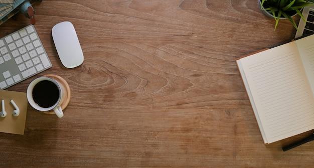 Sobrecarga corta del lugar de trabajo del diseñador con papelería