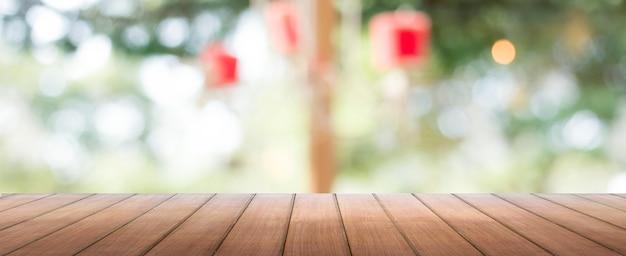 Sobremesa de madera con desenfoque de fondo de ventana
