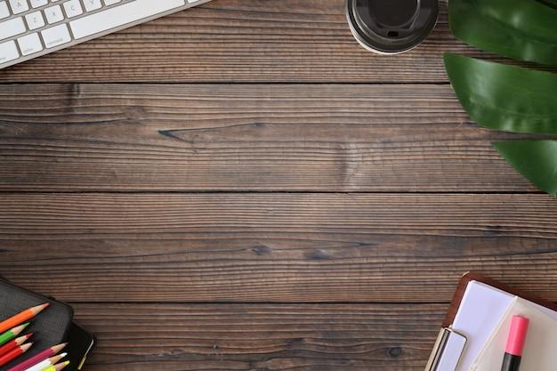 Sobremesa de madera del escritorio de la oficina con los materiales de oficina y el espacio de la copia.