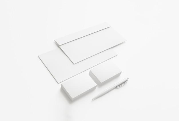 Sobres en blanco y tarjetas de visita aisladas en blanco.
