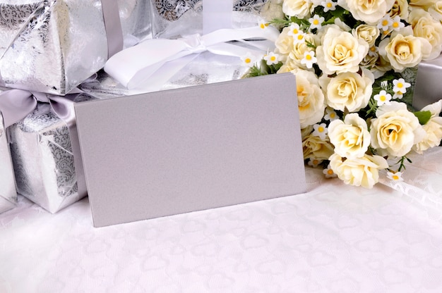 Sobres de boda sobre una mesa