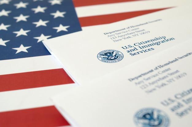 Sobres con carta del uscis en la bandera de los estados unidos del departamento de seguridad nacional