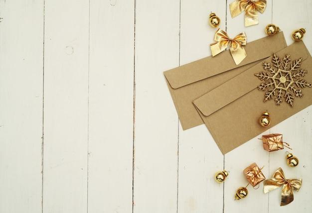 Sobres dorados y decoraciones