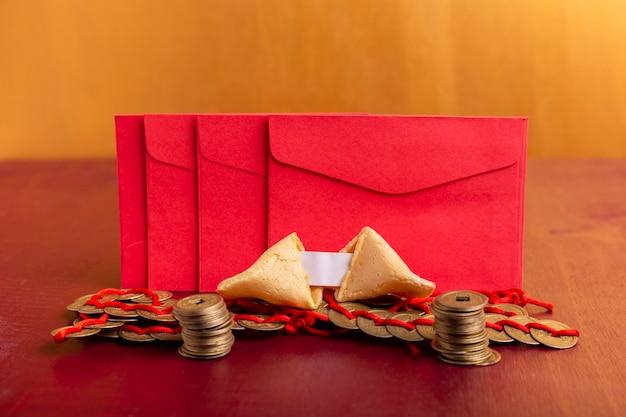 Sobres rojos con monedas y galletas de la fortuna para el año nuevo chino