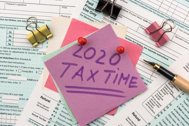 Sociedad fiscal 2020. pegatinas de colores con recordatorio en el formulario de impuestos 1040 de cerca