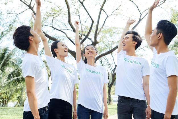 Sociedad de voluntarios parados al aire libre