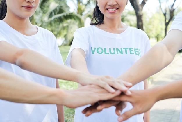 Sociedad de voluntarios que cooperan juntos.