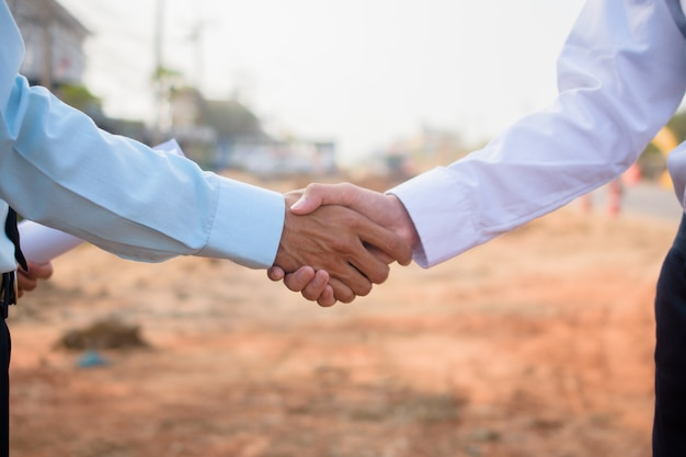 Socio comercial estrechar la mano del proyecto del proyecto de construcción de inmuebles