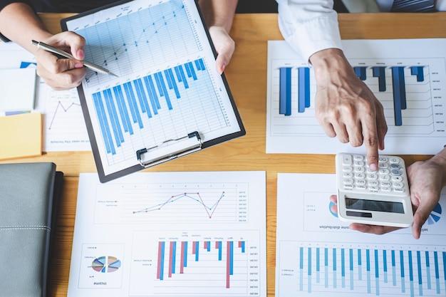 Socio comercial profesional que discute la planificación de ideas y el proyecto de presentación en el trabajo de reunión y el análisis en el espacio de trabajo, el concepto financiero y de inversión, el trabajo en equipo colaborativo analiza los datos