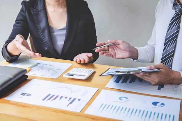 Socio comercial profesional que discute la planificación de ideas y el proyecto de presentación en el trabajo de reunión y el análisis en el espacio de trabajo, financiero y de inversión, el trabajo en equipo colaborativo analiza los datos
