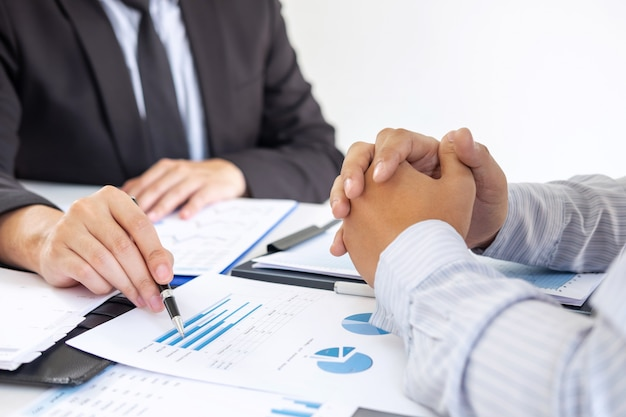 Socio comercial que discute el plan de marketing y el proyecto de presentación de la inversión en la reunión