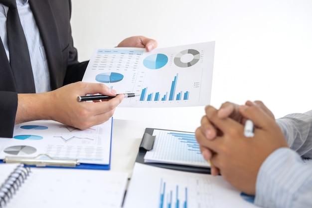 Socio de negocios que discute el plan de mercadeo de ideas y la presentación del proyecto de inversión en la reunión