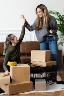 Socios amigos de pequeñas empresas empacando paquetes de productos para su entrega