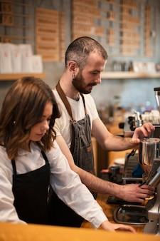 Socios de cafeterías trabajando juntos