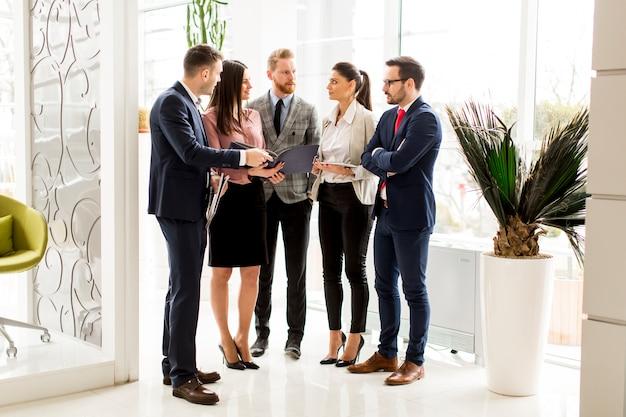 Los socios comerciales analizan los resultados del negocio en la oficina moderna