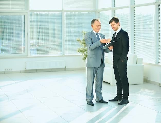 Socios comerciales antes de una reunión de negocios