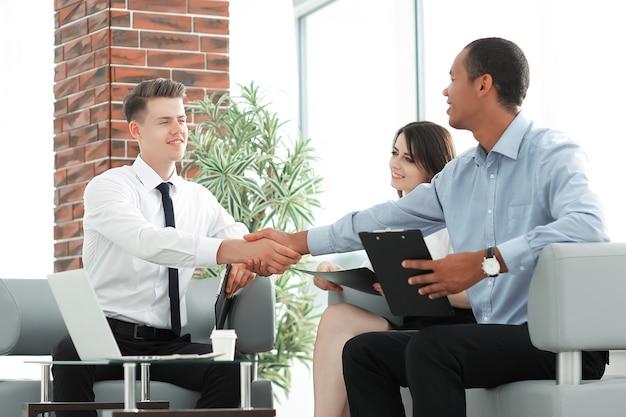 Socios comerciales de apretón de manos antes de una reunión de negocios