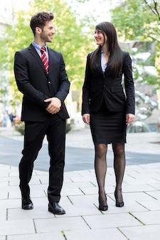 Socios comerciales caminando y hablando