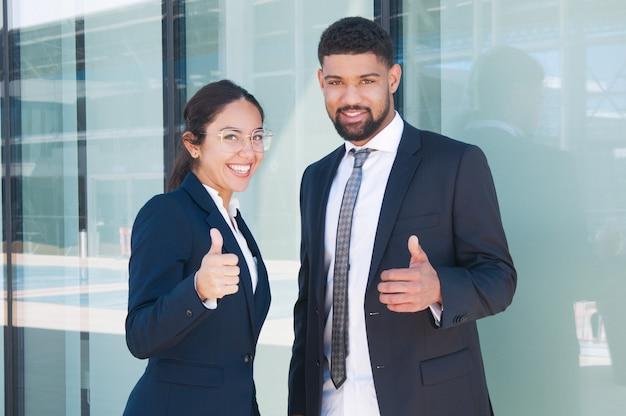 Socios comerciales confiados felices que disfrutan de trabajo en equipo