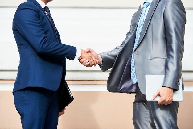 Socios comerciales dándose la mano