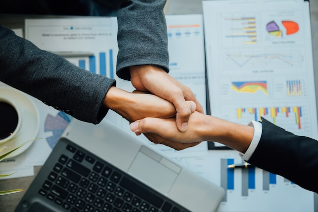 Socios comerciales de handshake equipo exitoso