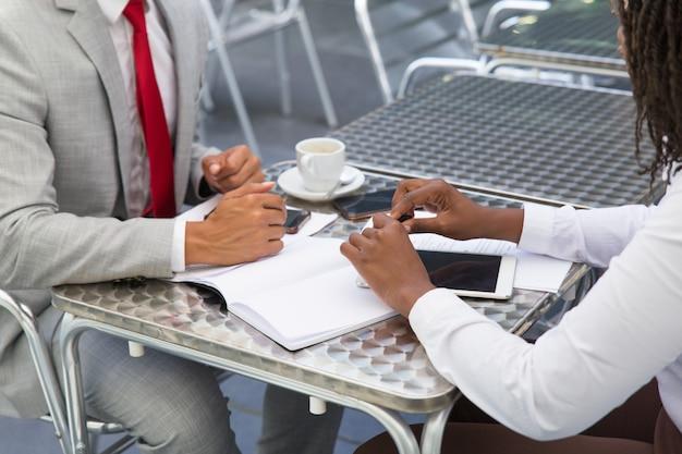 Socios comerciales discutiendo acuerdo en cafetería