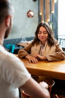 Socios comerciales discutiendo en la cafetería.