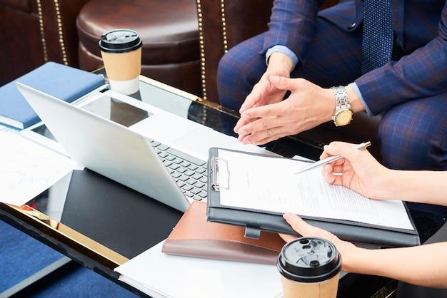 Socios comerciales discutiendo detalles de contratos