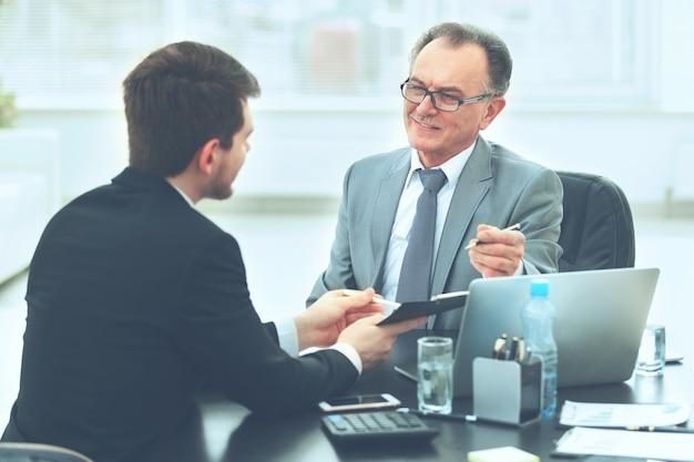 Socios comerciales para discutir el plan de cooperación para el lugar de trabajo.