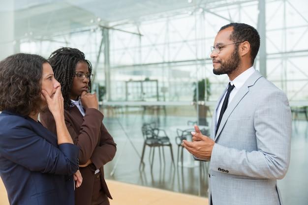 Socios comerciales entusiasmados que discuten problemas de trabajo