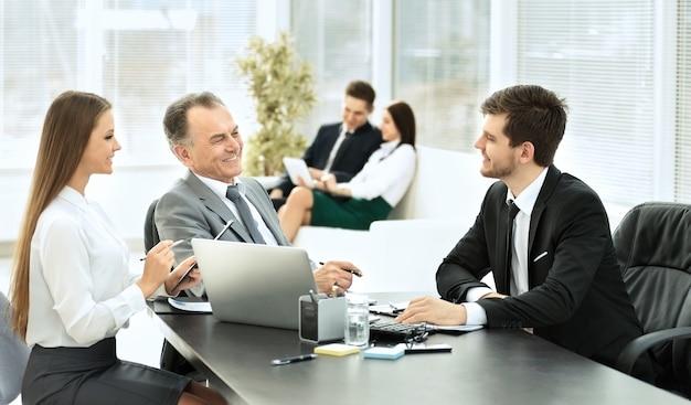 Los socios comerciales están discutiendo un plan de cooperación en el contexto del trabajo en equipo en la oficina