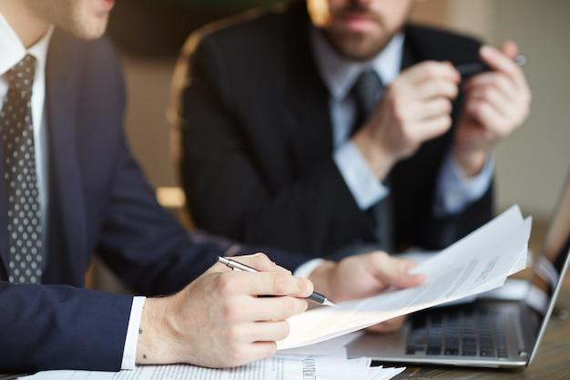 Socios comerciales exitosos que discuten el contrato