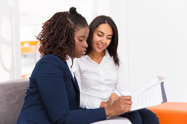 Socios comerciales femeninos que firman un acuerdo