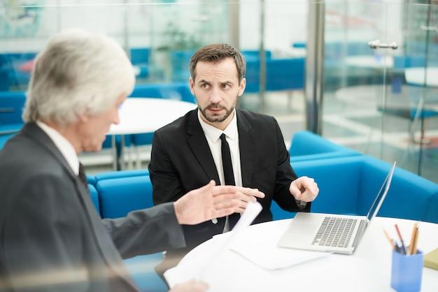 Socios comerciales maduros en reuniones