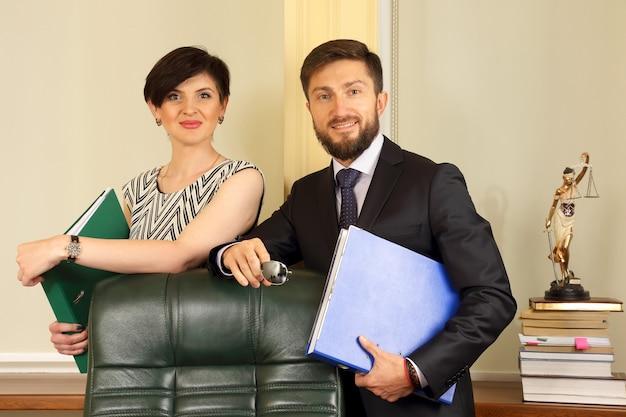 Socios comerciales en la oficina, sosteniendo documentos
