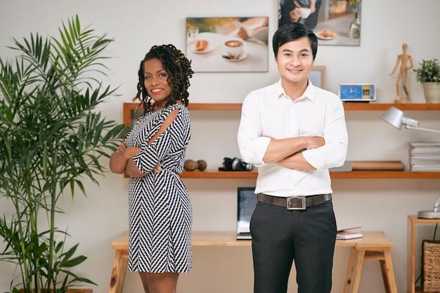 Socios comerciales de pie en la oficina