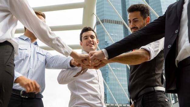 Los socios comerciales ponen los puños en círculo. formación de equipos, apoyo y sinergia