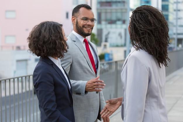 Socios comerciales positivos discutiendo acuerdo
