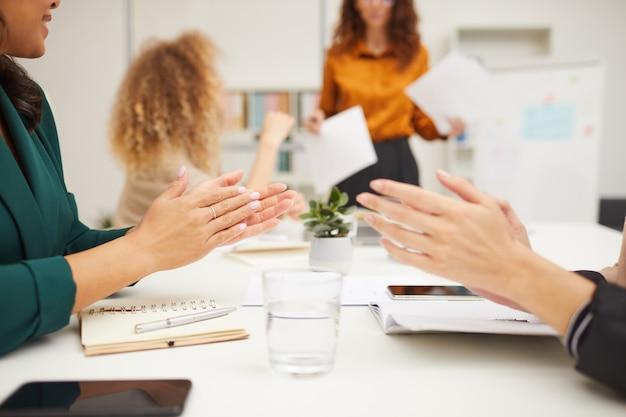 Socios comerciales que aplauden las manos
