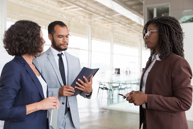 Socios comerciales que discuten los términos del contrato