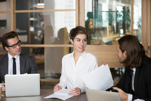 Socios comerciales que negocian durante la reunión en la sala de juntas