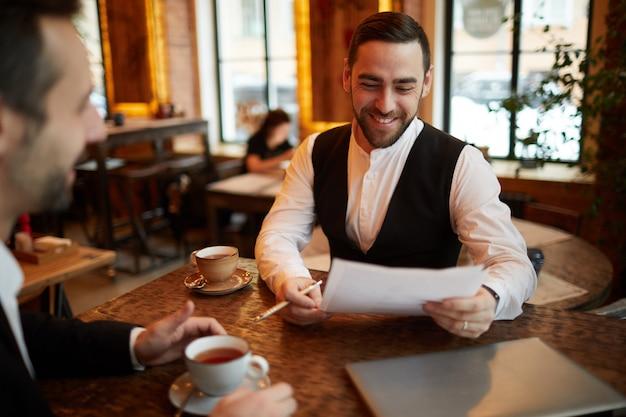 Socios comerciales que negocian el trato en restaurante