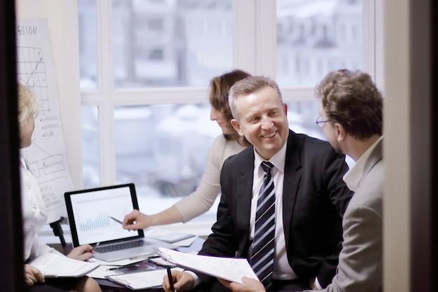 Socios comerciales que participan en el diálogo en una oficina moderna.foto con espacio de copia