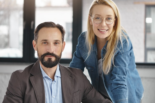 Socios comerciales que trabajan en la oficina