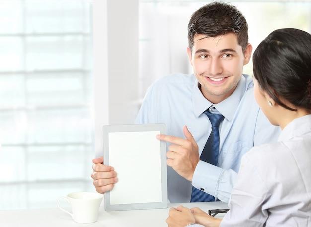 Socios comerciales que usan el panel táctil en la reunión