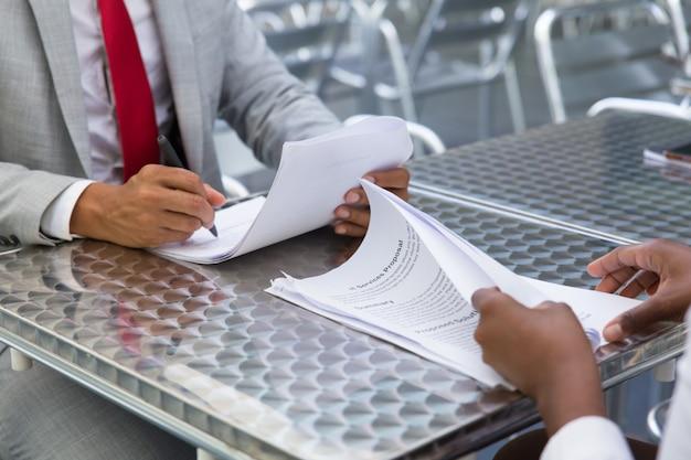 Socios comerciales que verifican y firman documentos