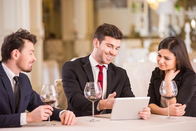 Los socios comerciales se reúnen en el restaurante.