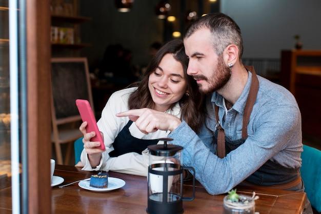 Socios comerciales reunidos en la cafetería
